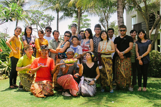 bloggers with traditional wear and canang sari