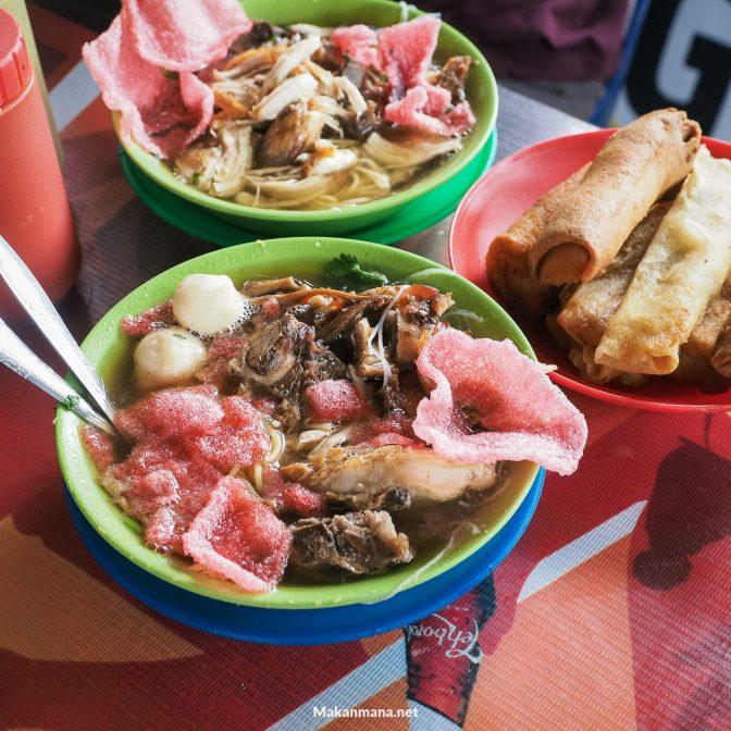 Sensasi makan mie sop kampung diatas got Bamboe Cafe