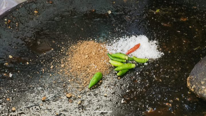 Garam dan cabe ditaruh dulu diatas gilingan batu. Jumlah cabe tergantung pesanan customer, mild or spicy.
