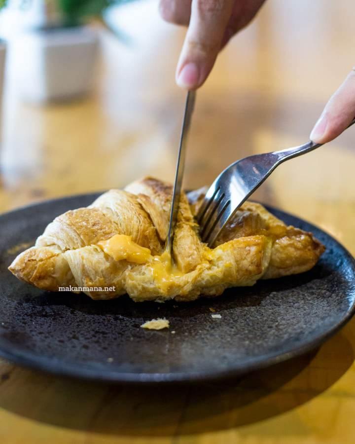 pilastro-croissant-salted-egg-yolk