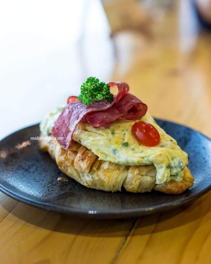 pilastro-omelette-bacon-croissant